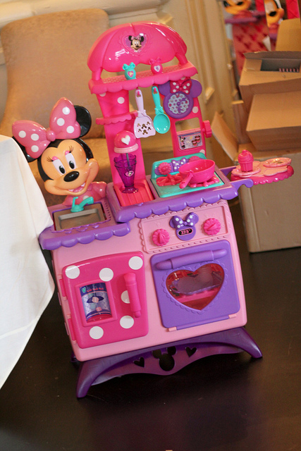 Minnie Mouse Bow-tique Flippin\' Fun Kitchen Toy Review - Classy Mommy