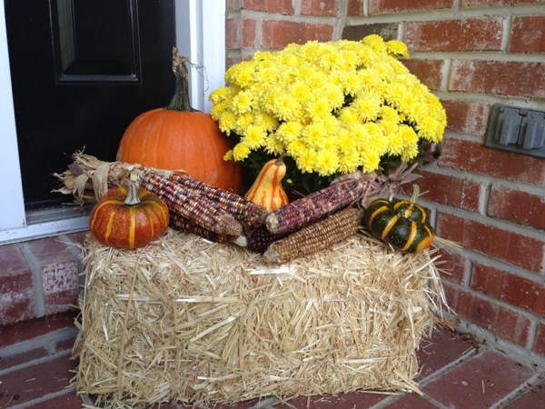 5 easy ways to inspire your fall decorating gourds for Bales of hay for decoration