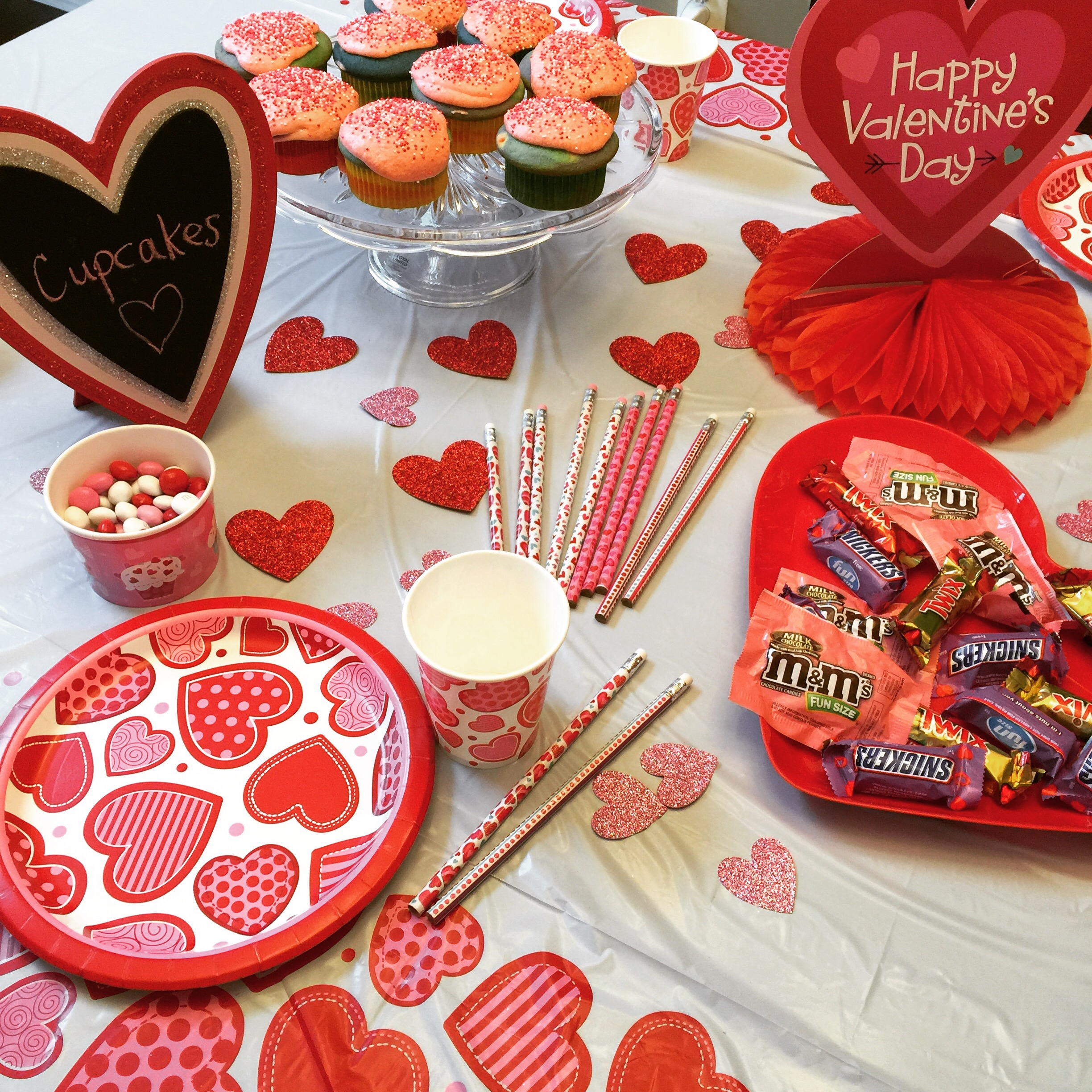 Simple Valentine\'s Day party Decor Ideas - Classy Mommy