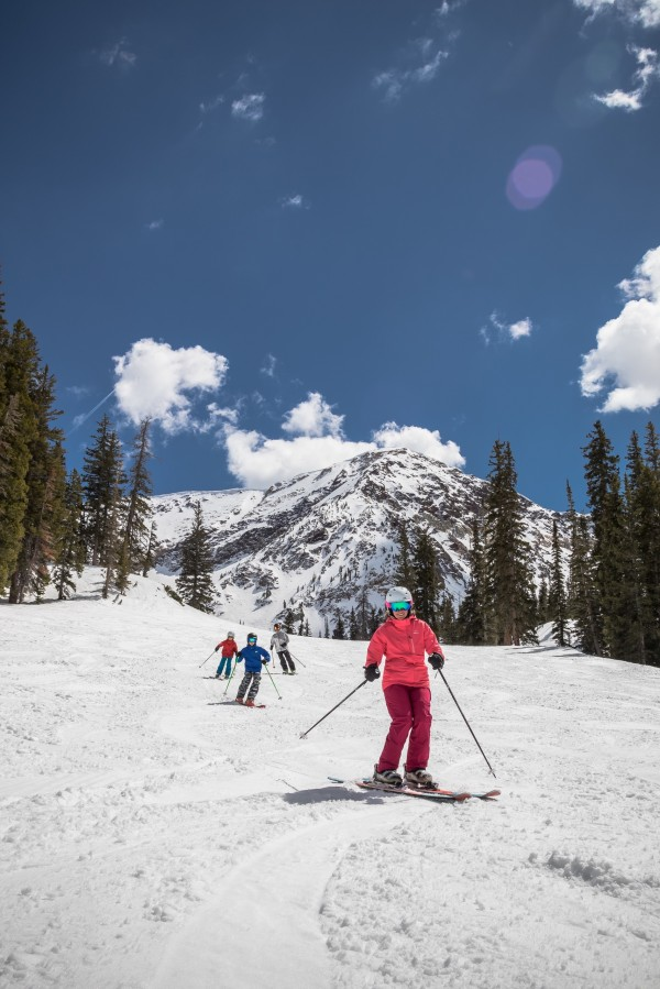 skiutah-passport-mediaasset-family-skiing-snowbird